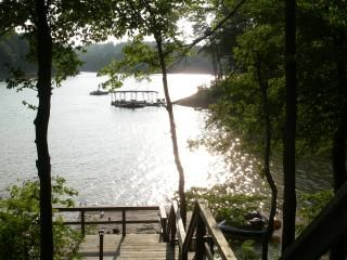 Cozy Lakefront Log Cabin Vacationrentals Com Honeymoon Places Norris Lake Tennessee Tennessee Cabins