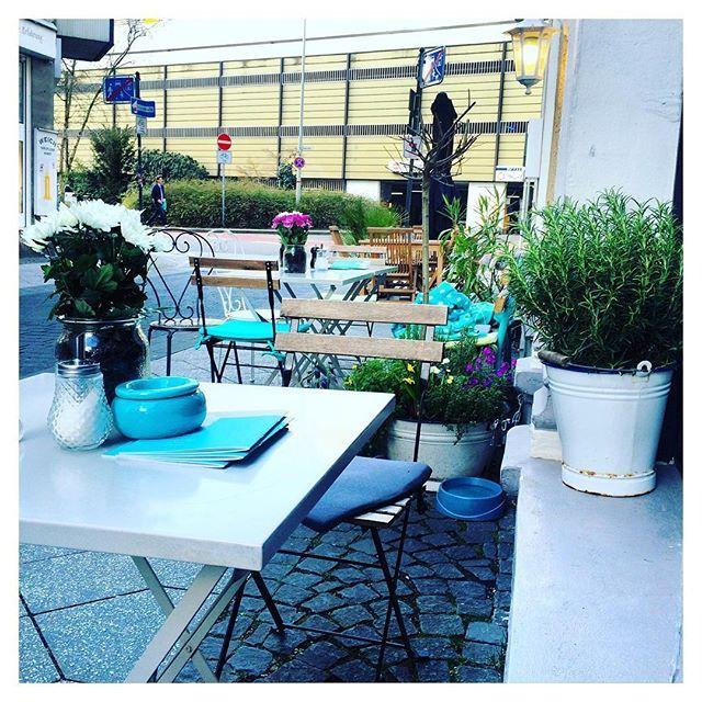 Café Liesgen in Krefeld! Hier kannst du von unseren leckeren Kuchen, geblümtem Porzellan und der schönsten Espressomaschine der Welt träumen, auch wenn du gerade nicht in Krefeld bist.