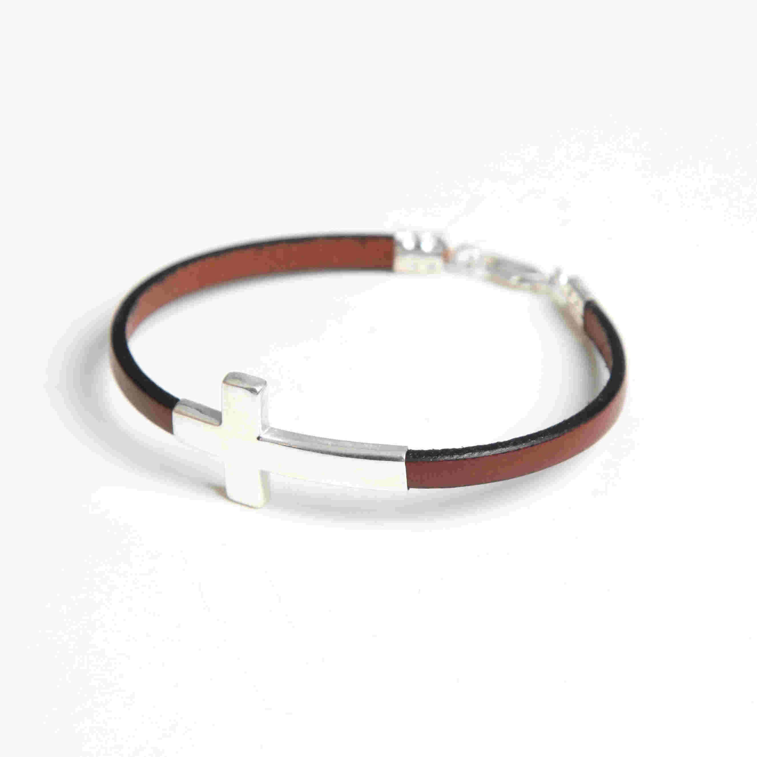85418b145fd6 Pulsera con cruz de plata de ley 925. Cadena de cuero color marrón y cierre  de plata. Pulseras Cuero Hombre. Pulseras de Plata para Hombre