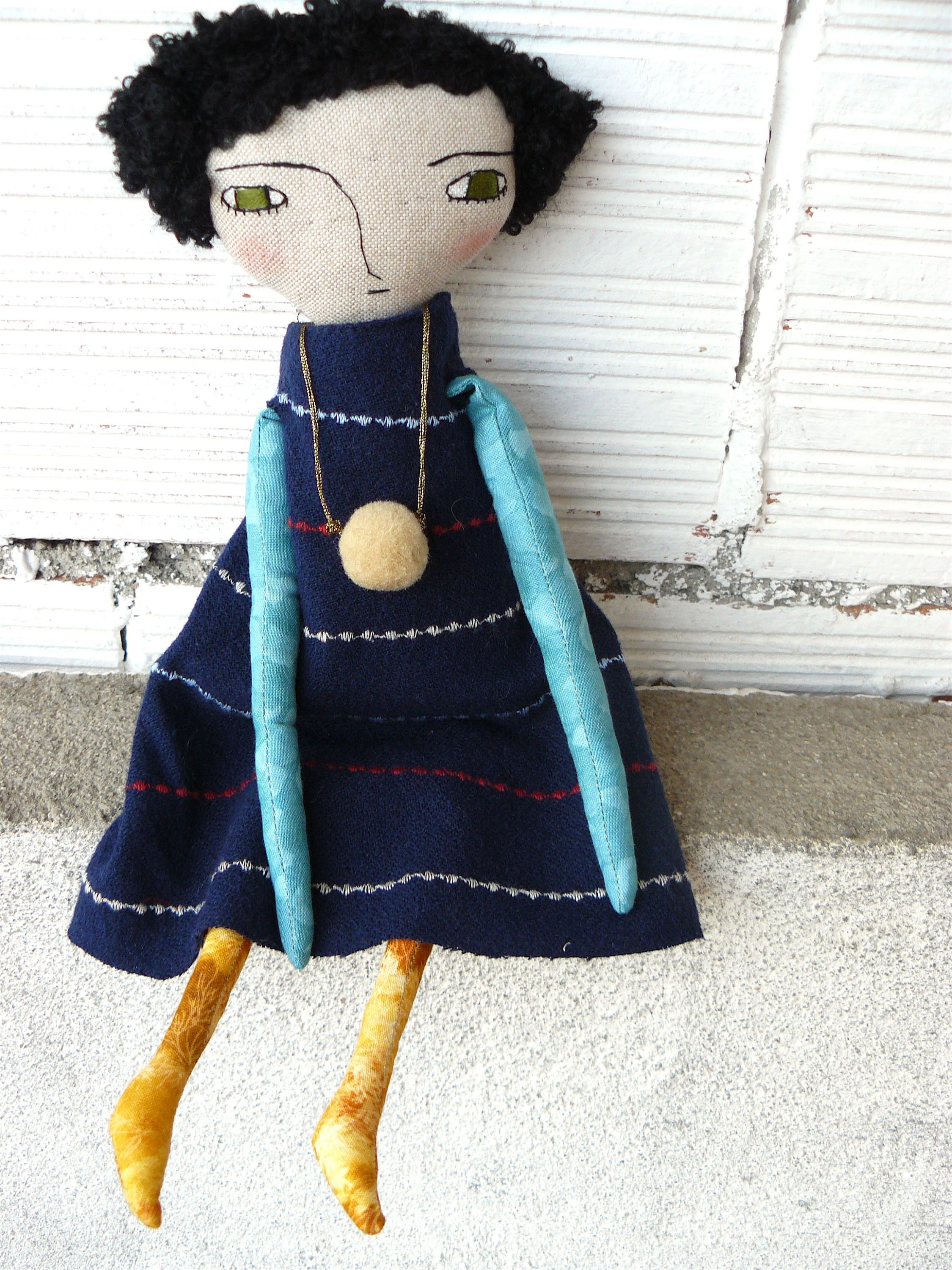 Art doll in cotton and linen 32 cm Black curly hair Green eyes