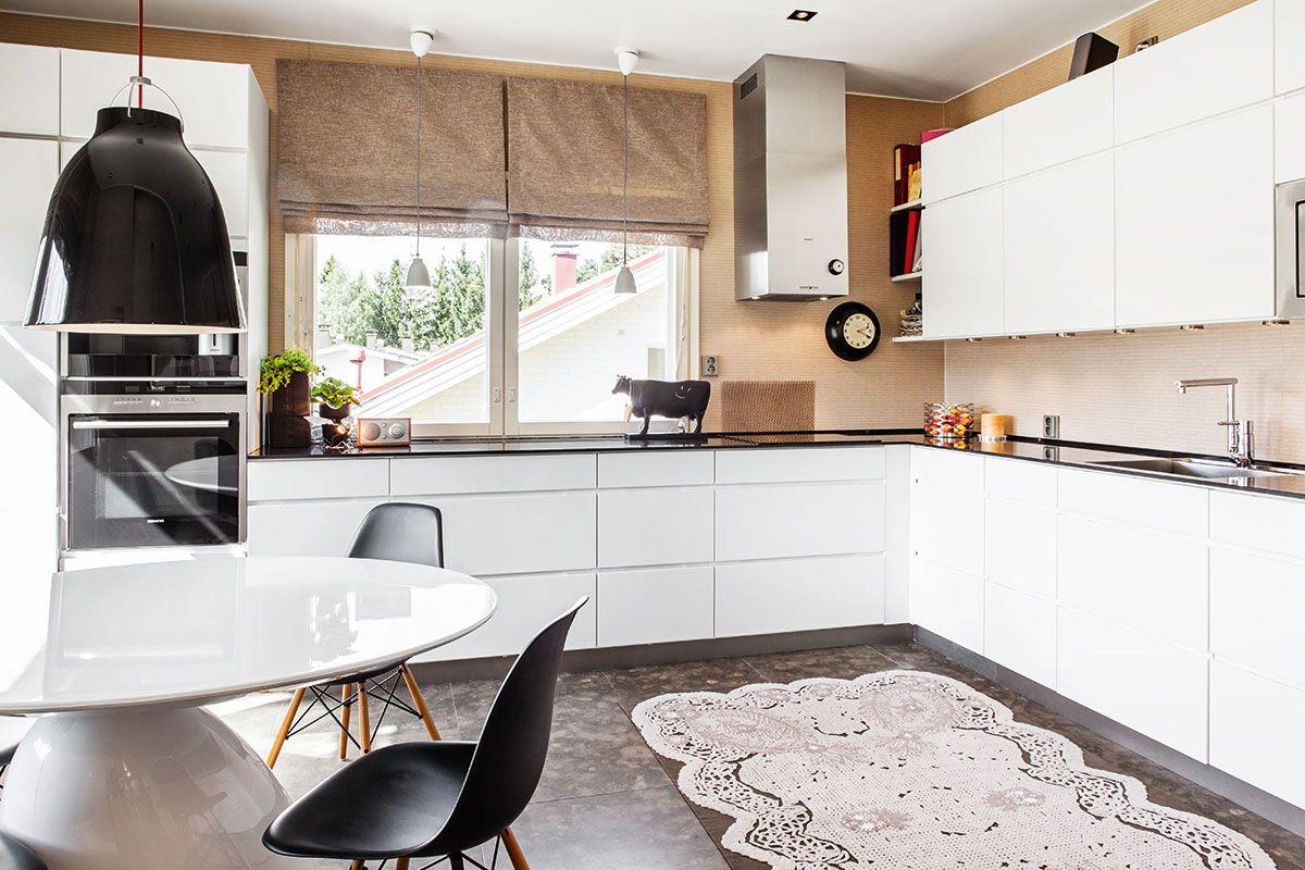 Eamesin tuolit ympäröivät Eero Aarnion suunnittelemaa Parabel-pöytää. Caravaggio-riippuvalaisin on hankittu Formverkistä. Lattia on kalkkikivilaattaa. Pitsimatto on Floor to Heavenin. Keittiökaapistot ovat Kvikin mallistosta ja taso on mustaa graniittia. Välitilassa on 2tec2:n julkitilavinyyliä. Koristelehmä on tuotu ulkomaanmatkalta.