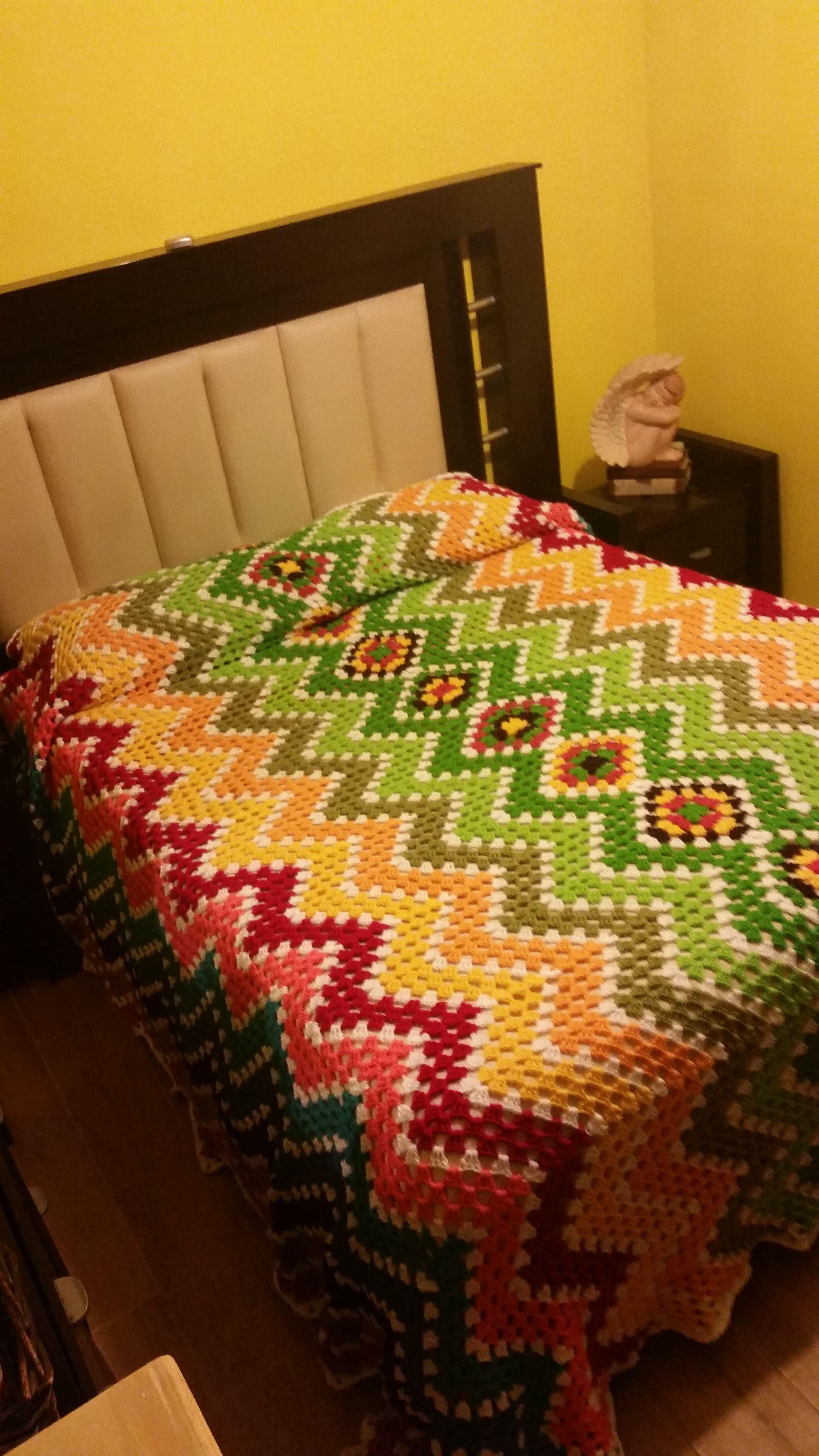 Colcha multicolor en crochet. https://buscandocomienzos.wordpress.com/tutorial-manta-hueco-zig-zag/