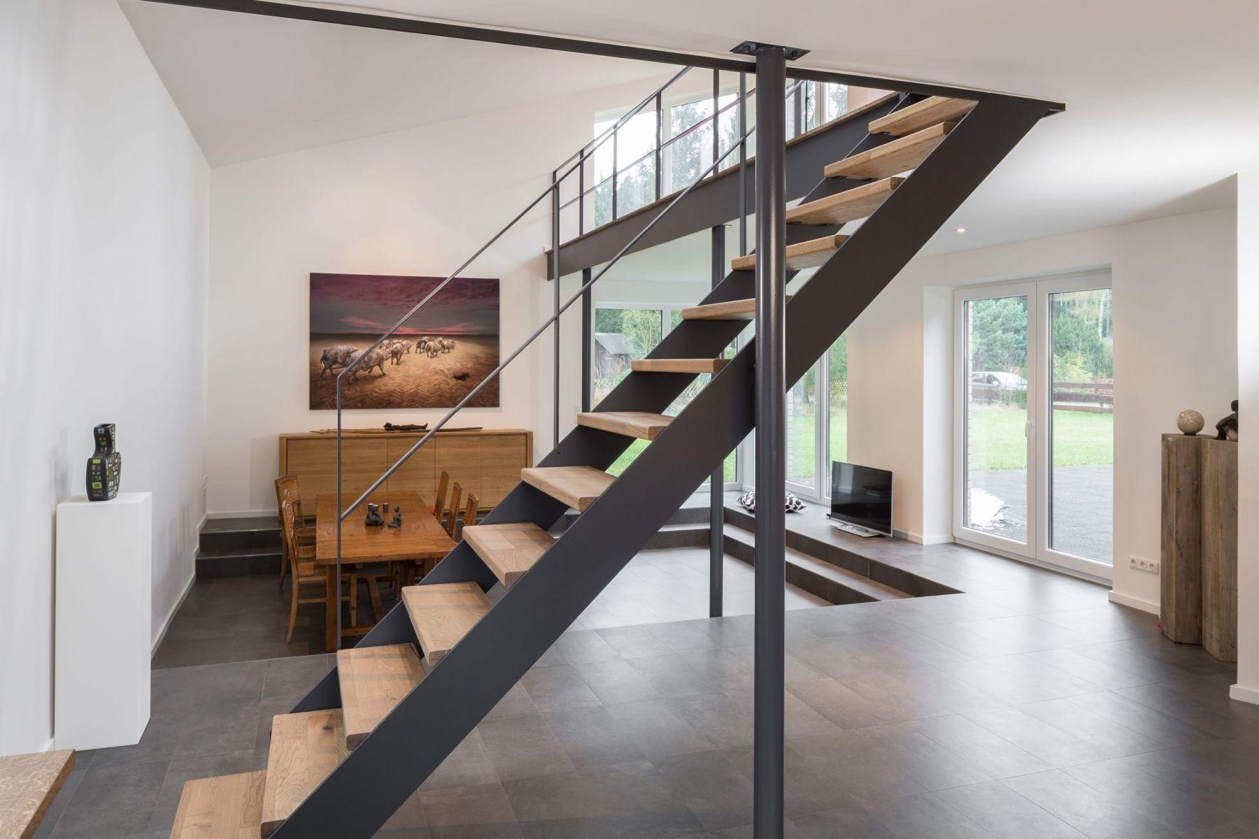 Gerade HPL-Treppe, Stufen in der Holzart Eiche mosaik ...