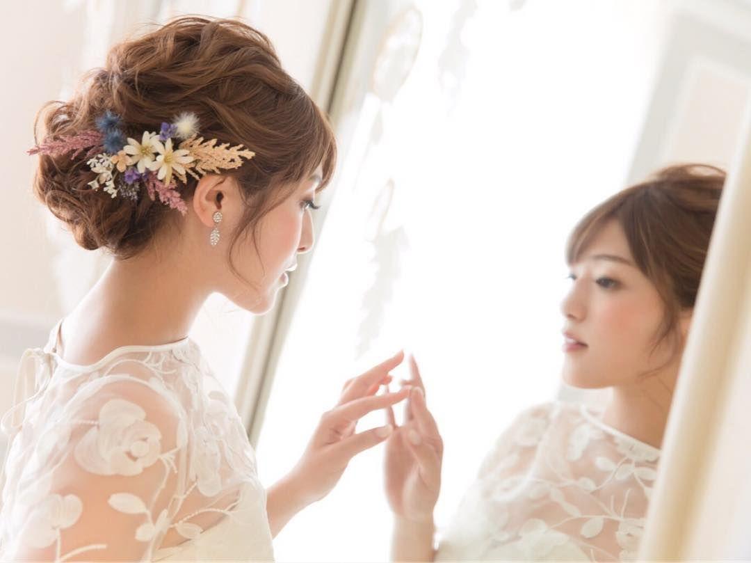 シニヨンのブライダルヘアに花を飾る方法まとめ Marry マリー