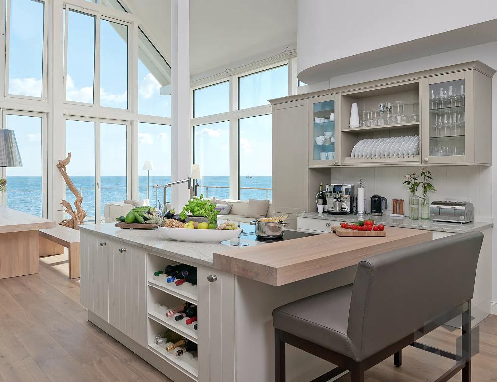 Wohnkuche Im Modernen Landhausstil In 2020 Wohnzimmer Mit Offener Kuche Baufritz Haus Kuchen