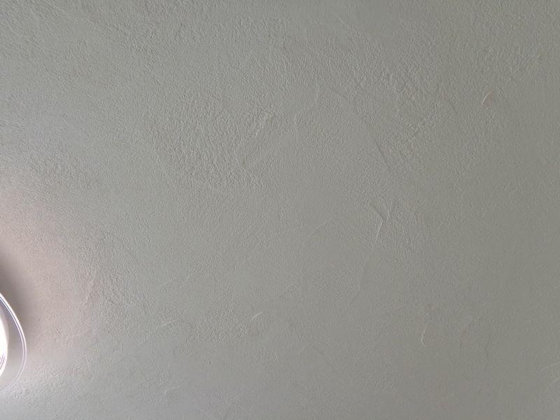 賃貸マンション リビング天井の漆喰塗り 優しいラフ模様付け