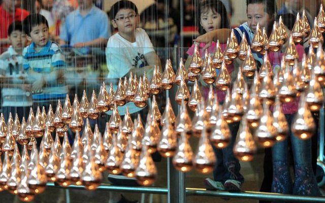 1.216 gotas de bronze chovem no aeroporto de Changi em Singapura