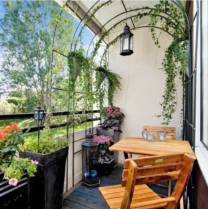 The archway on this balcony is a brilliant idea. It provides extra privacy and more green to make the space feel like a real garden. #balconygarden