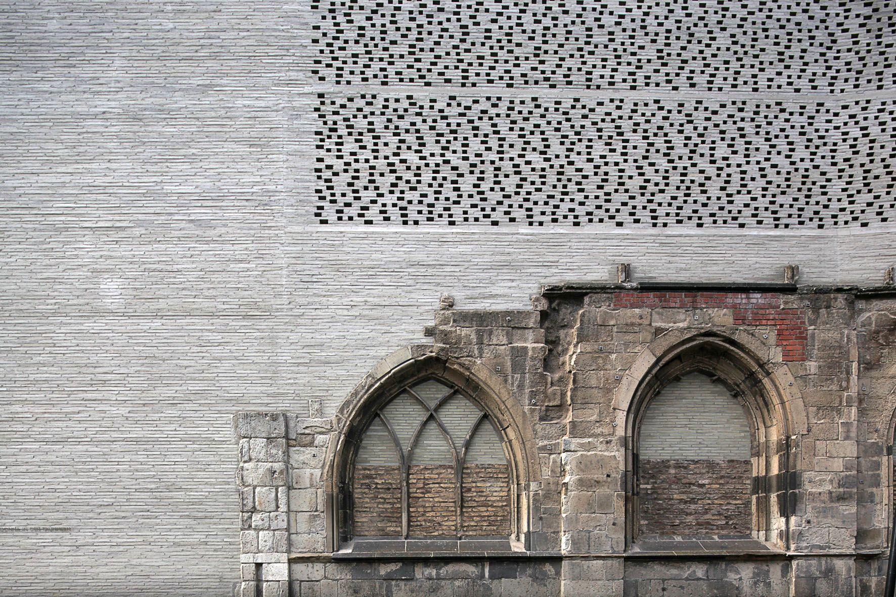 Un recupero architettonico firmato #PeterZumthor per il museo d'arte dell'arcivescovado di Colonia, #KolumbaMuseum. L'architettura di #Zumthor ha dato vita ad uno spazio in cui fede e conoscenza dialogano, passato e presente si incontrano, memoria e modernità si fondono.