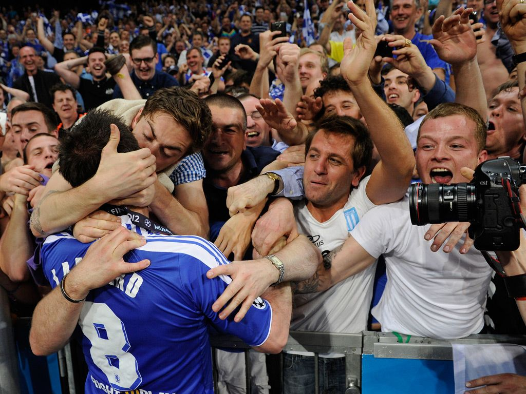 Fan Kisses Frank Lampard After The Champions League Final Chelsea Fans Chelsea Football Chelsea Football Club