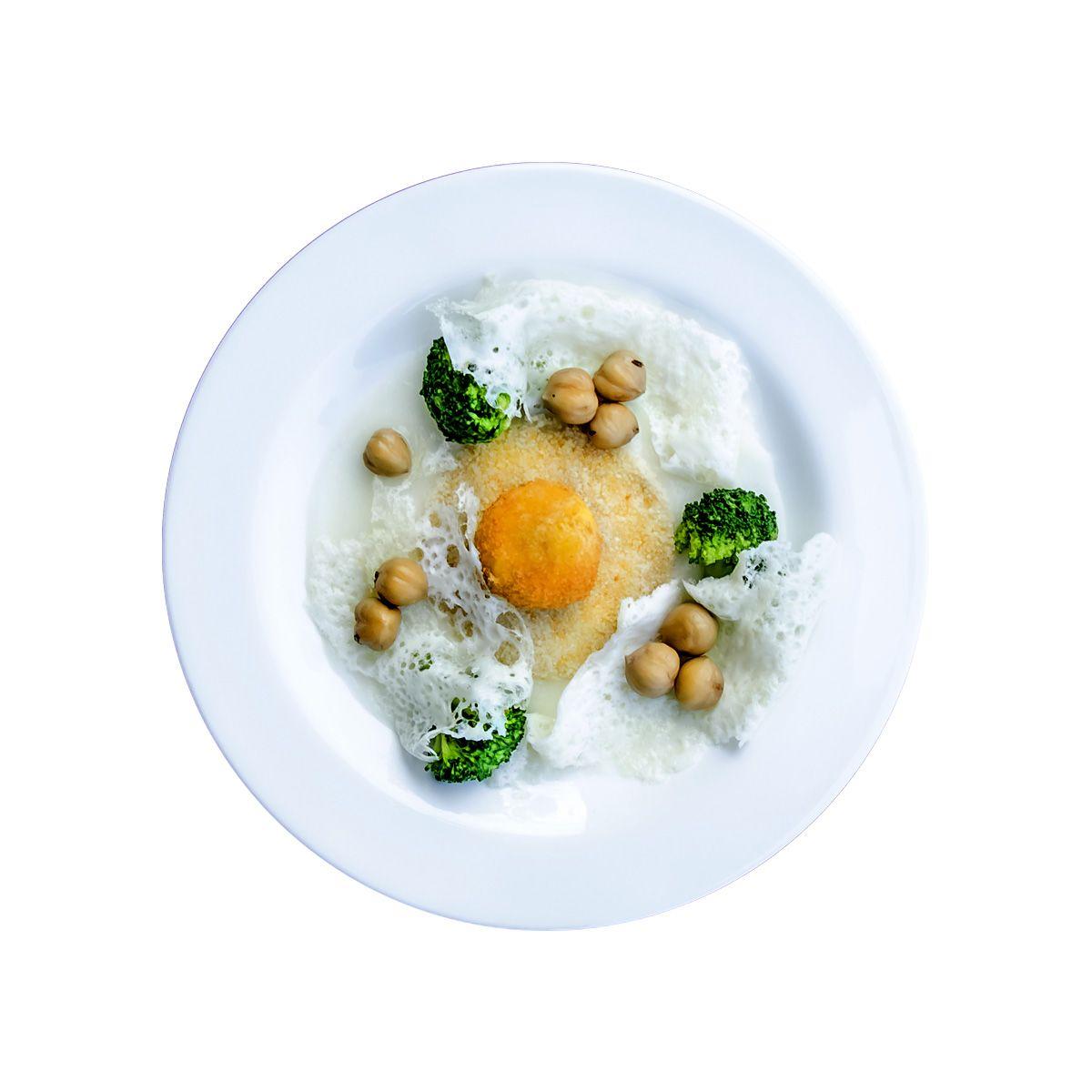 Uovo croccante con fonduta leggera di parmigiano, broccoli e nocciole bollite. Agriturismo Torino Cantina Nicola.