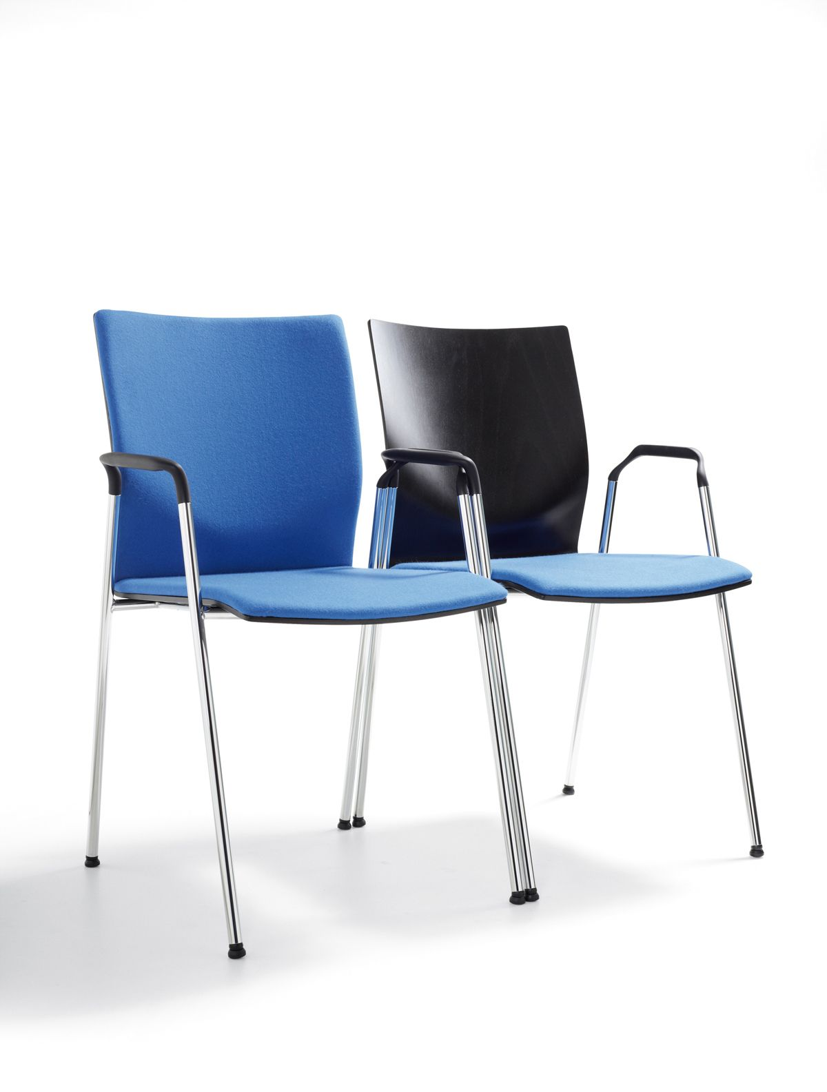 Flow chair by Lande, separately or linked together, the arms have been designed to enable very compact linking  Flow stoel van Lande, Los geplaatst of gekoppeld in zaalopstelling Flow •  Designer: Martin Ballendat • © Lande • Photo: Studio van Assendelft