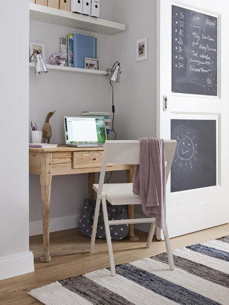 vom einrichten einer kleinen wohnung: kleiner schreibtisch, Schlafzimmer