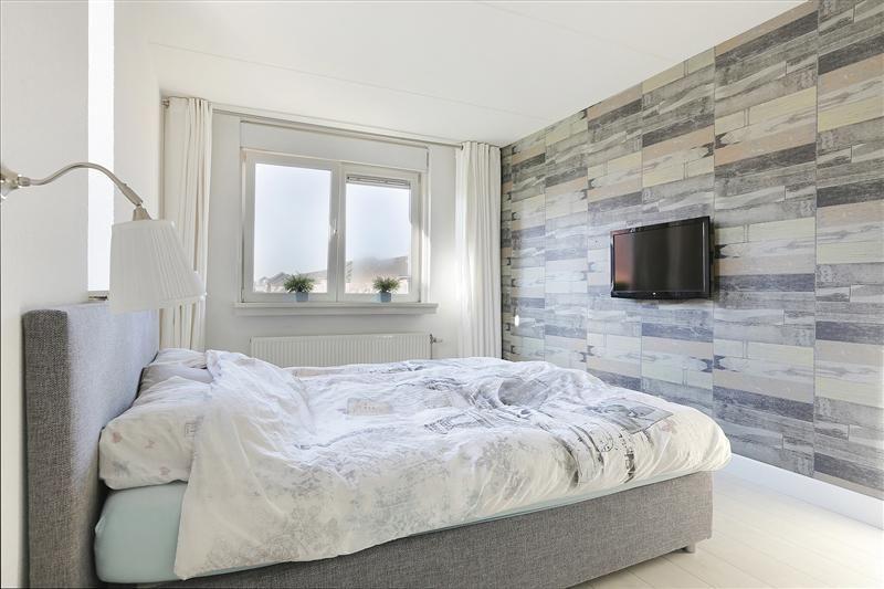 De warme bruintinten geven de slaapkamer een stijlvolle uitstraling ...