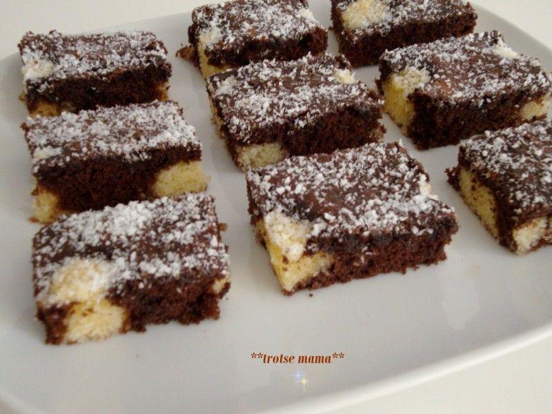 Recept voor de choco kokos cake van AH. De bloem, cacao en bakpoeder samen zeven. De eieren luchtig kloppen met de suiker voor 10 minuten.