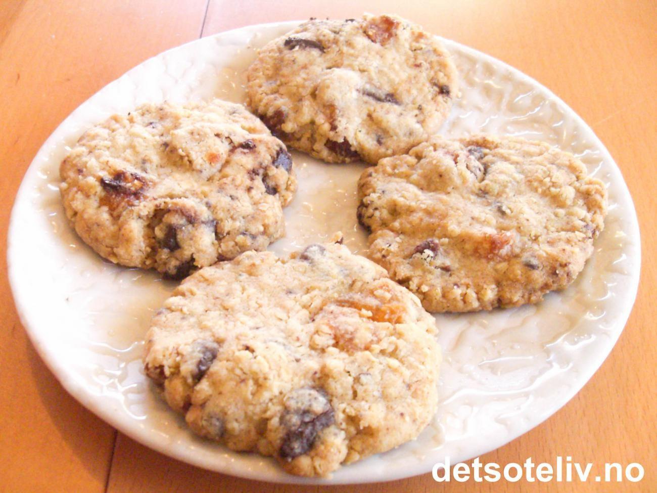 Disse superdeilige cookiesene inneholder både havregryn, hakket kokesjokolade og tørkede aprikoser, og er både mettende og dødsgode! Oppskriften gir 30 stk.