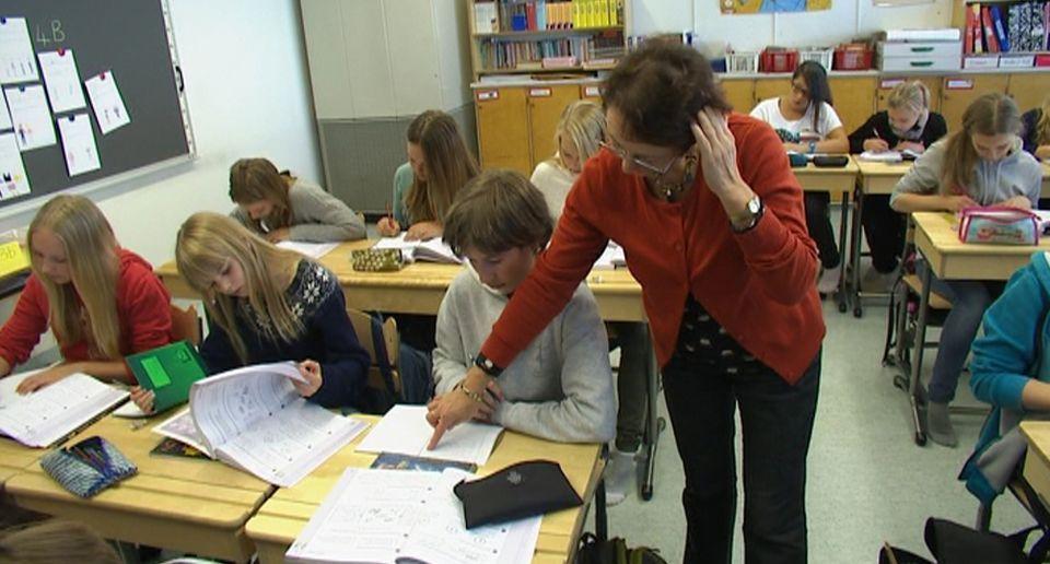 Opettajien kehitysintoon ei osata tarttua kouluissa  Opettaja opastaa oppilasta koululuokassa.