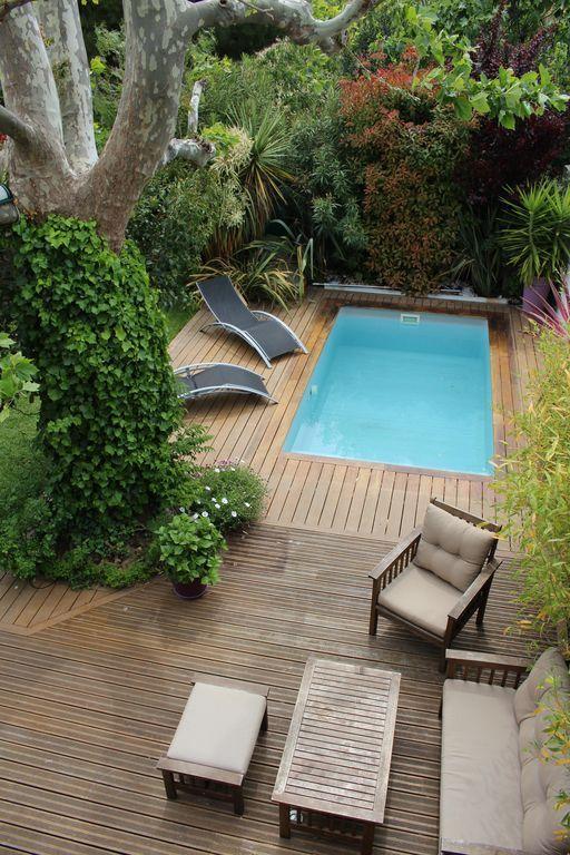 Piscine avec terrasse en bois cach e dans la verdure piscine pool en 2019 pinterest - Piscine pour petit jardin ...