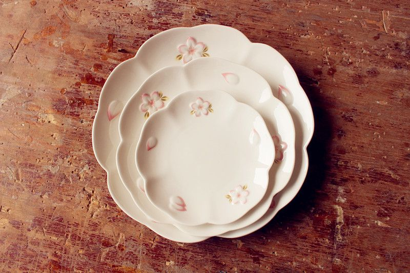 Beautiful Cherry Cream Pink Embossed Ceramic Plate Japanese Steak Dish Flower-shaped Disc Tray Free : flower shaped dinnerware - pezcame.com
