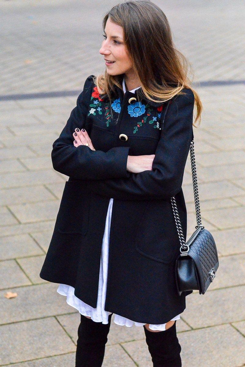Gucci Vibes :: Mantel mit Stickereien & Overknees