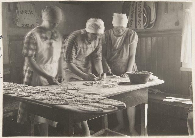 majatalossa tehdään piiraita; talon tyttäret ja miniä (neveskä) yhistävät eli rupittavat piiraita. Vahter Tyyni 1929.