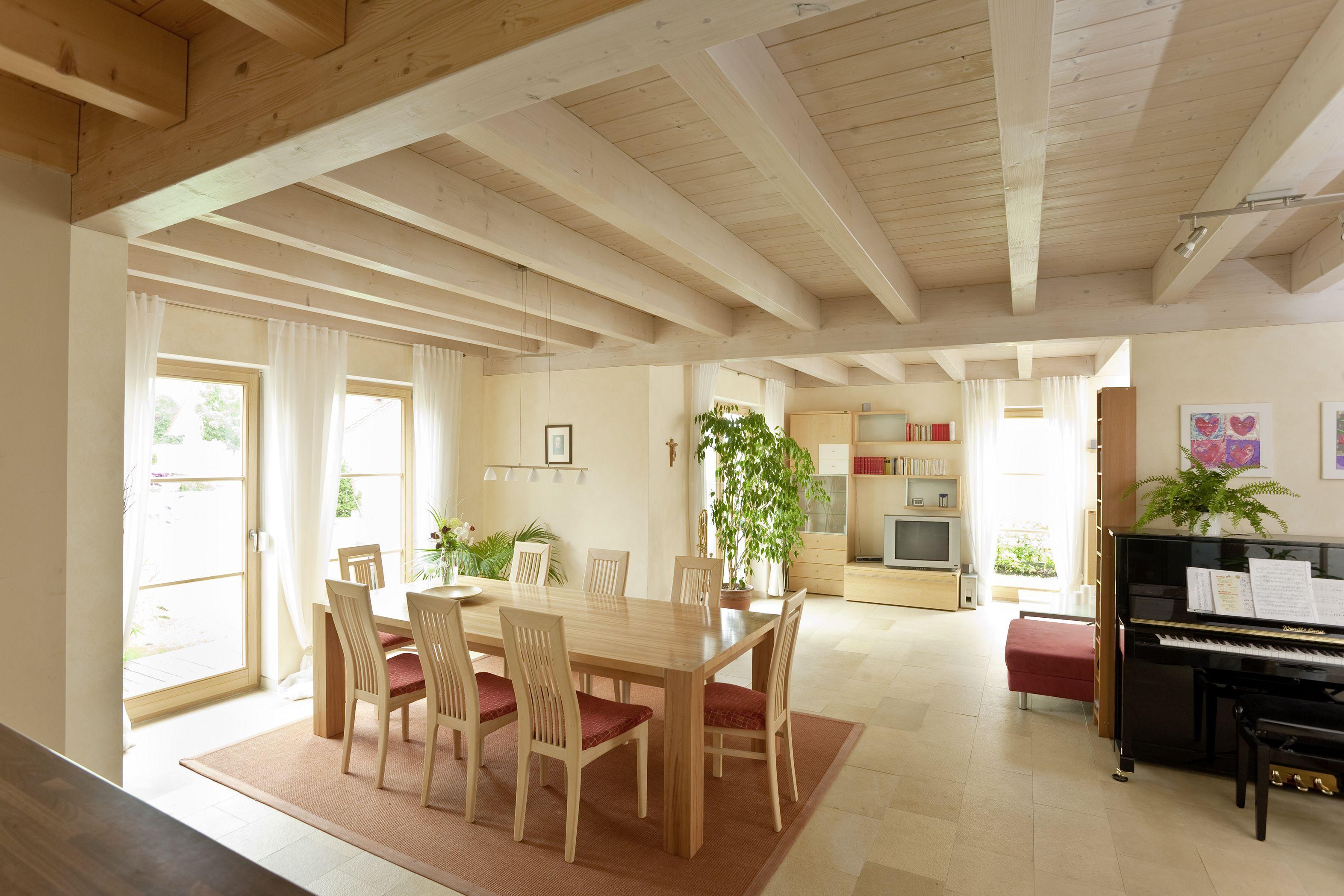 Heller Essbereich Im Grosszugigen Holzhaus Holzhaus Holz Esszimmer