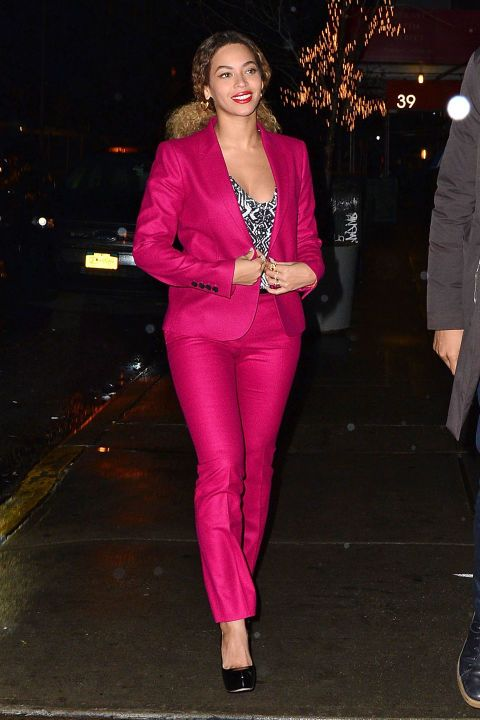 72d9ece8 Beyoncé's fuchsia suit = what you REALLY want under your Christmas tree