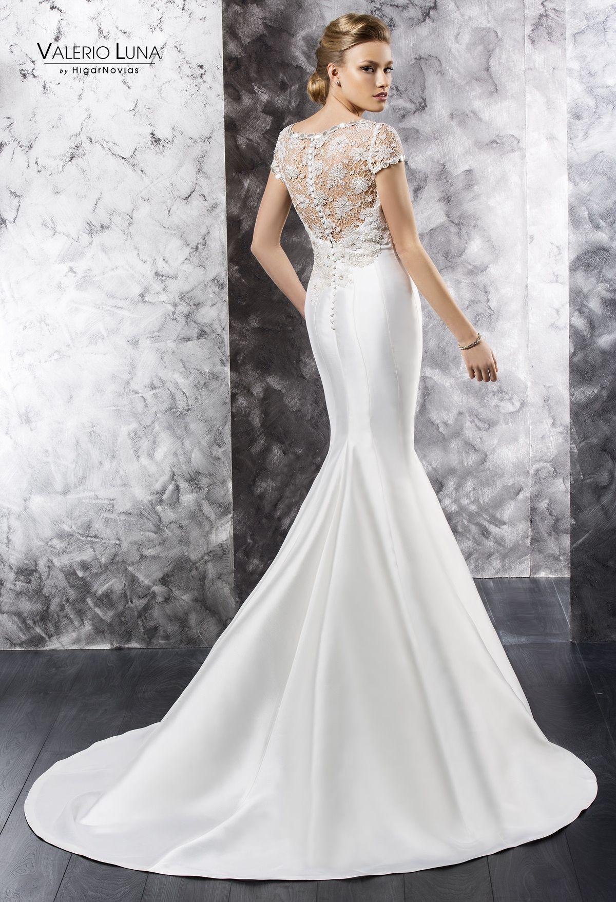 ed2f96fef Vestido de novia de mikado natural cortado debajo del pecho con cuerpo de  guipur.  Valerio Luna  novia  boda