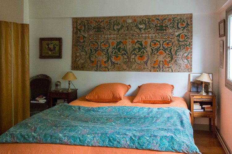 Une Chambre Orangee Qui Mixe Les Styles Tete De Lit En Tissu Chambre Lit