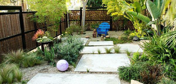 garten mit weißen steinplatten und vielen grünen pflanzen - zaun, Garten und erstellen