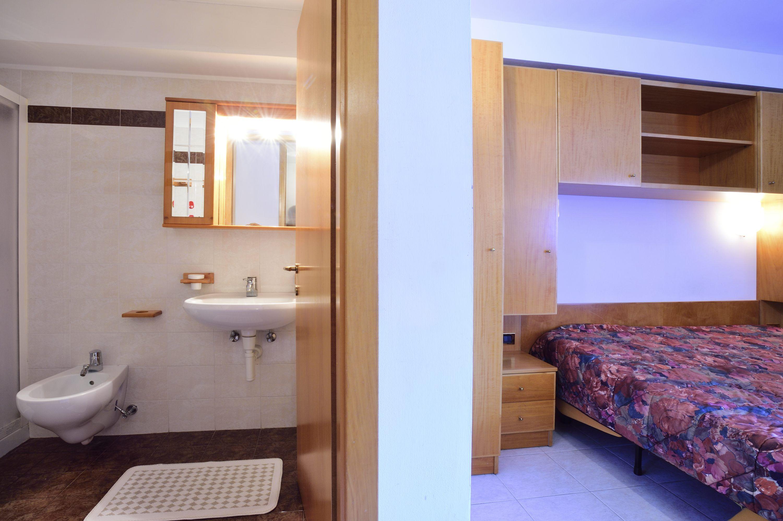 Monolocale Sole situato al 3° piano (servito da ascensore) -  monolocale con letto matrimoniale e divano letto 2 posti (no mat), angolo cottura, balcone lato ovest (davanti), bagno con doccia.