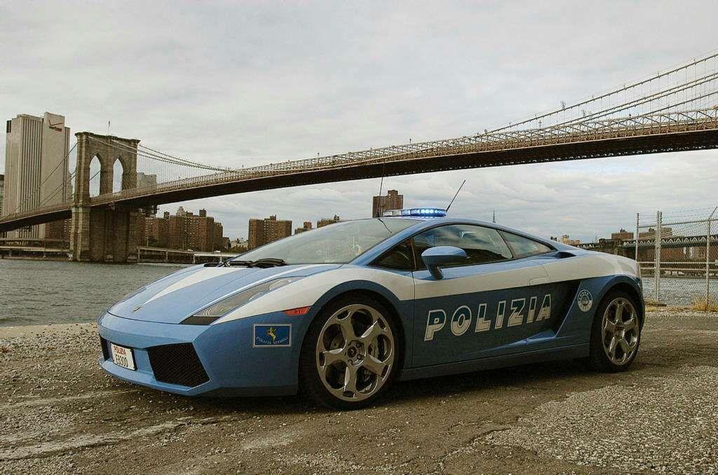 Captivating Italian Traffic Police Using A Lamborghini Gallardo
