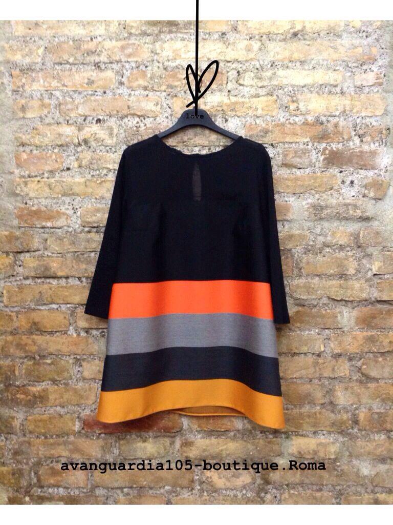 Blusa trapezio in lana rasata,  Manica 3/4. Effetto di grande raffinatezza estetica.