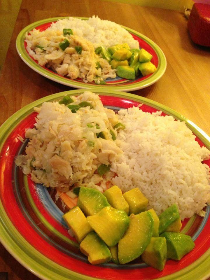 Bacalao con huevo revoltiao, arroz blanco y aguacate