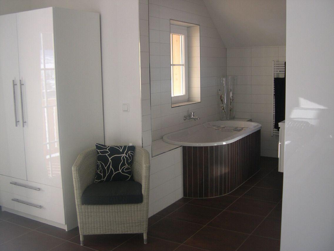 Badkamer mosa terra maestricht donker bruin rond bad en mat witte wandtegels door ennovy - Badkamer beige en bruin ...