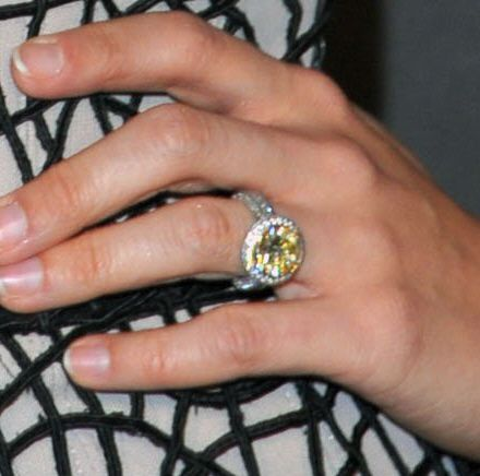Carrie Underwood Offers A Close Up Of Her Engagement Ring On The People S Choice Red Carpet Carrie Underwood Engagement Ring Yellow Diamond Engagement Ring Carrie Underwood Wedding Ring