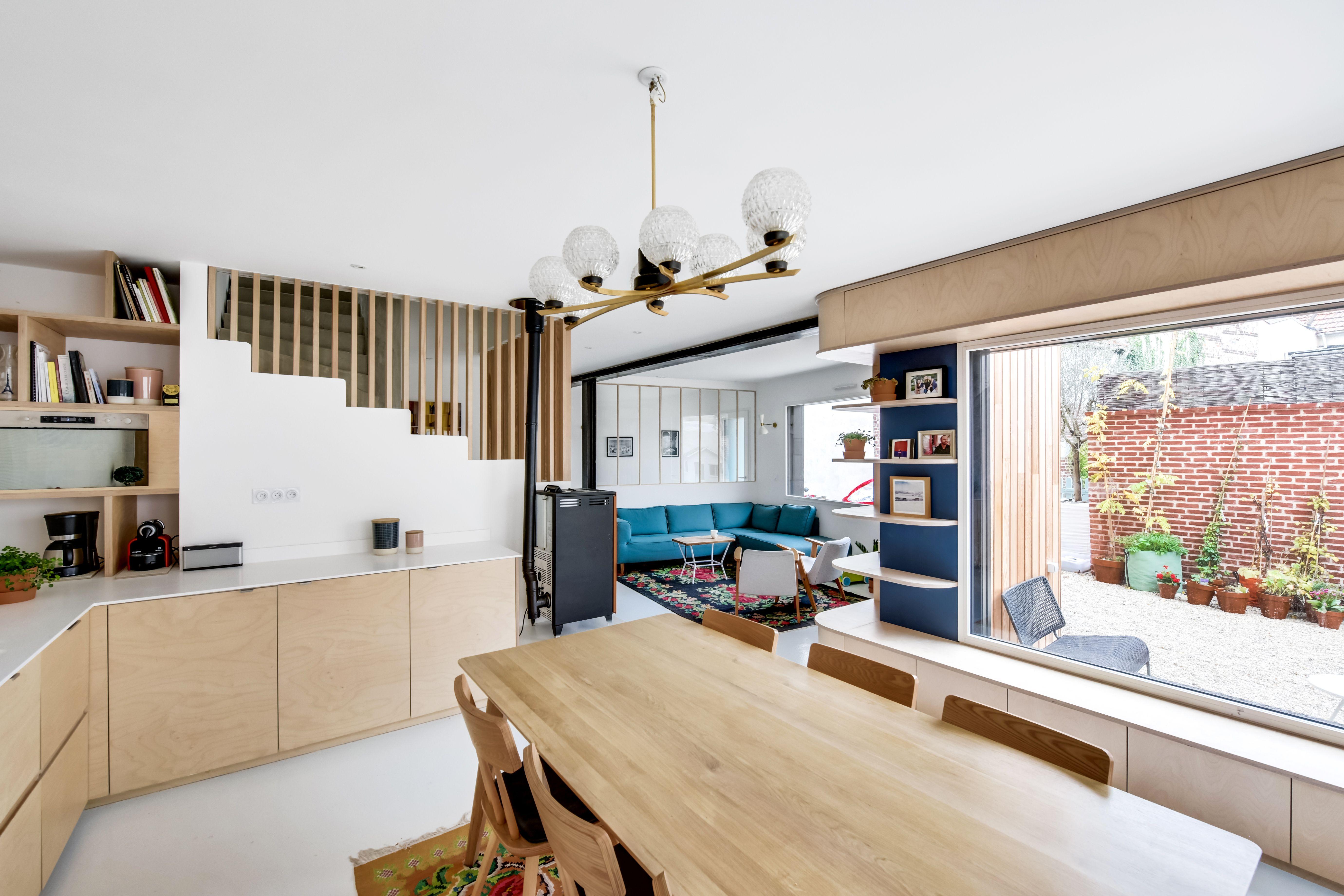 cuisine avec portes en bois bouleau plan de travail blanc en corian escalier avec tasseaux de. Black Bedroom Furniture Sets. Home Design Ideas