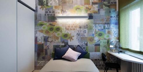 Pared de dormitorio decorada con papel pintado.
