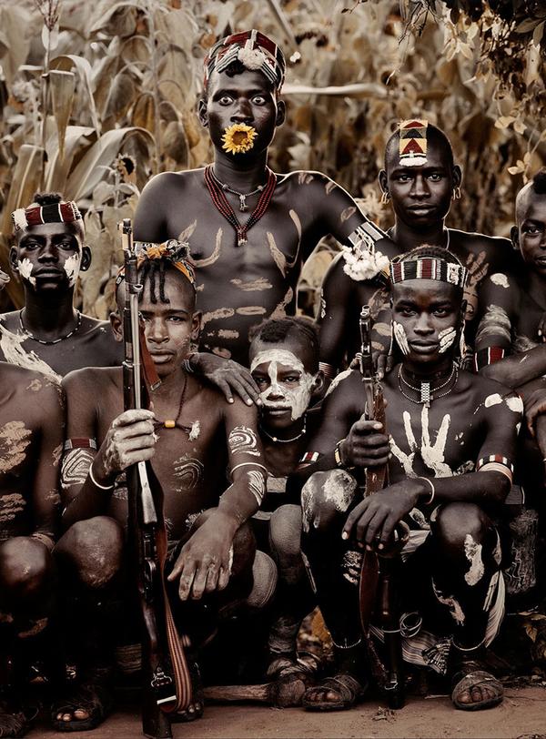 Banna (Éthiopie) http://www.affairesdegars.com/page/article/4156049920/46-photos-saisissantes-des-tribus-les-plus-reculees-du-monde-avant-elles-ne-disparaissent.html Version Voyages www.versionvoyages.fr