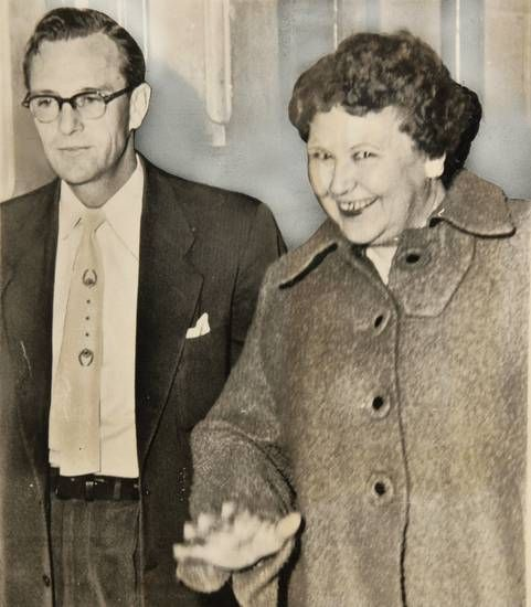 Nannie Doss, 49, walks into the county attorney's office with investigator  Ross Billingsley on Nov. 27, 1954.   Serial killers, Evil people, Crime