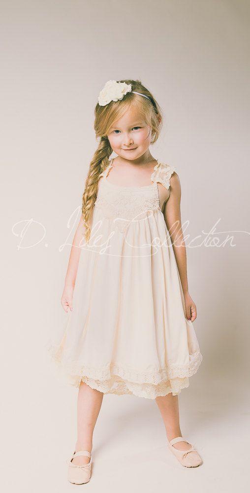De genade is vintage geïnspireerde, prachtige blush kleur jurk met een zachte kant stoffen decollete. De achterkant is volledig elastische voor een comfortabele en flexibele pasvorm, de bandjes kruis in de rug. De bandjes en onder hem zijn beide bekleed met een mooie ivoor kleur kant en de jurk is gemaakt met een zachte, rekbare stof - het is volledig bekleed met een hoge kwaliteit katoen slip.  ** De Grace jurk wordt alleen aangeboden in de blush kleur zoals afgebeeld.  Voltooien van de…