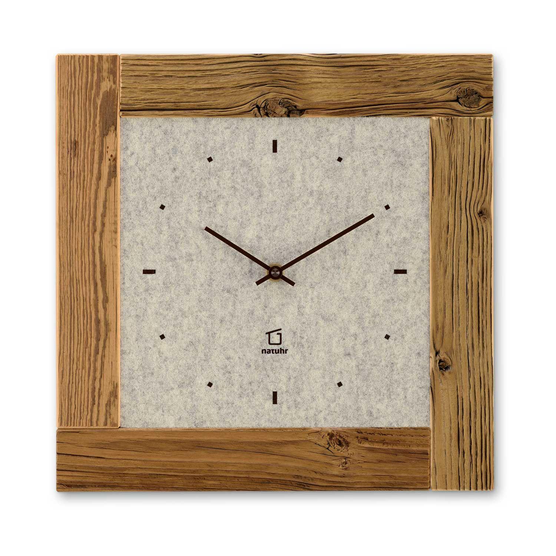 Holzwanduhr, Wanduhr aus Altzholz im Chalet-Stil Für diese Wanduhren werden nur hochwertige Massivhölzer verwendet. Die zweite Kollektion aus dem Hause natuhr ist eine  Hommage die Kostbarkeit der Zeit. Das mit Naturfilz belegte Zifferblatt ist von einem vierteiligen Rahmen aus Massivholz umspannt und setzt den essentiellen Teil dieses Produktes in Szene. Die Kombination aus Holz und Filz strahlt außergewöhnliche Ruhe aus und entschleunigt in einer wunderschönen Art und Weise Ihren Wohnraum.