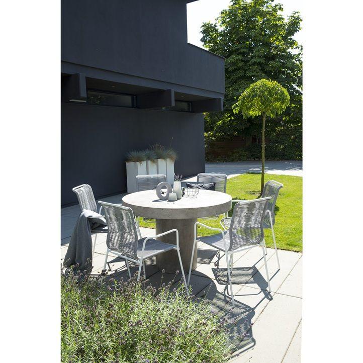 Vigo havebord i fibercement dia Ø120 cm. De fibercement er et naturprodukt kan nuanceforskelle forekomme. Winston stabelbar havestol med grå plastikstrenge for god siddekomfort og hvidt metalstel. Sætpris bord + 4 stole