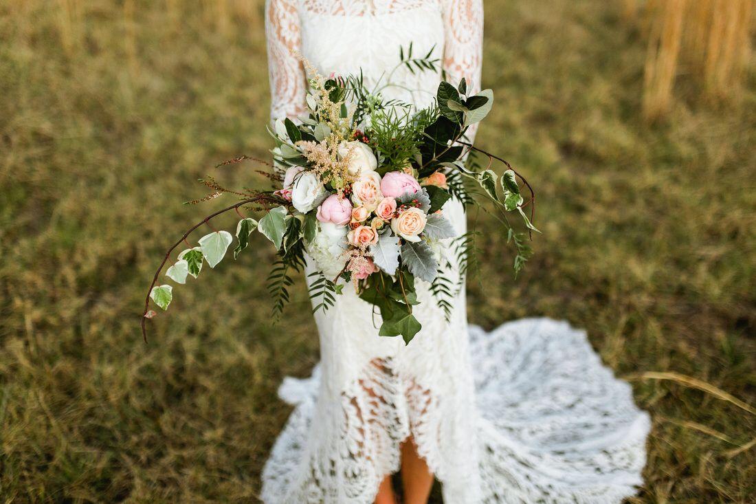 #BloomsonDarby #nicksims #nicksimsphotography #huntervalley #wedding #flowers #bride #romantic #foliages #blush #cream #bouquet #informal