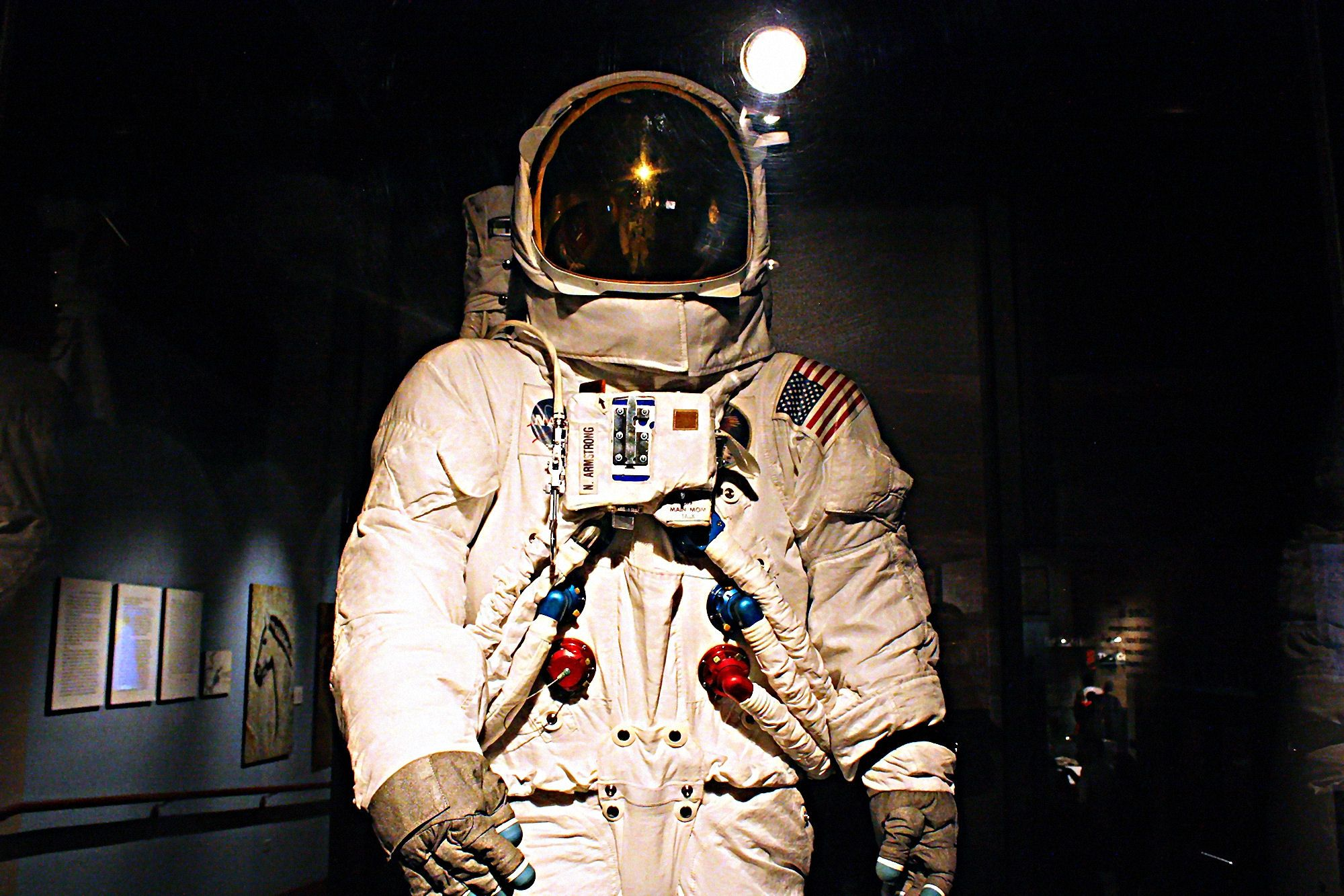 space suit The gemini space suit is a space suit worn by american astronauts for launch, in-flight activities (including evas) and landingit was designed by nasa based on the x-15 high-altitude pressure suit.