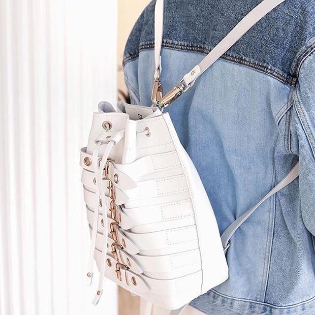 حقيبة لندن البيضاء ❤️ الصورة من  @buthainaa_  @grafea حقائب جرافيا #جرفيا #جلد #حقائب_ضهر #moda #derisırtçanta #blog #fotograflar