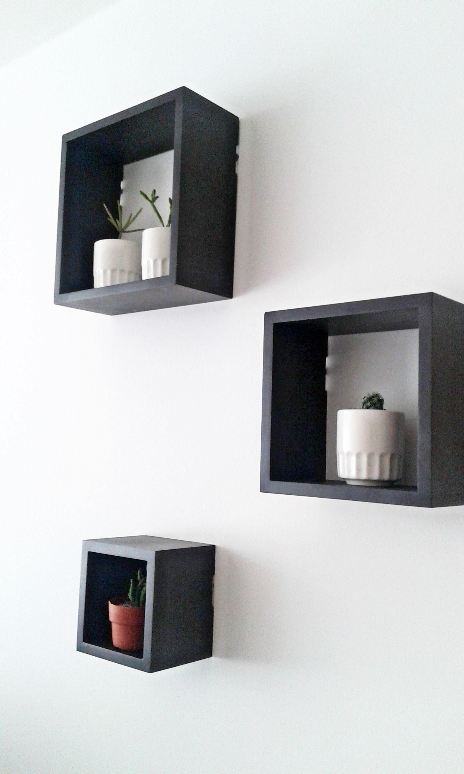 Decorando la pared de la sala con repisas cuadradas for Articulos de decoracion modernos