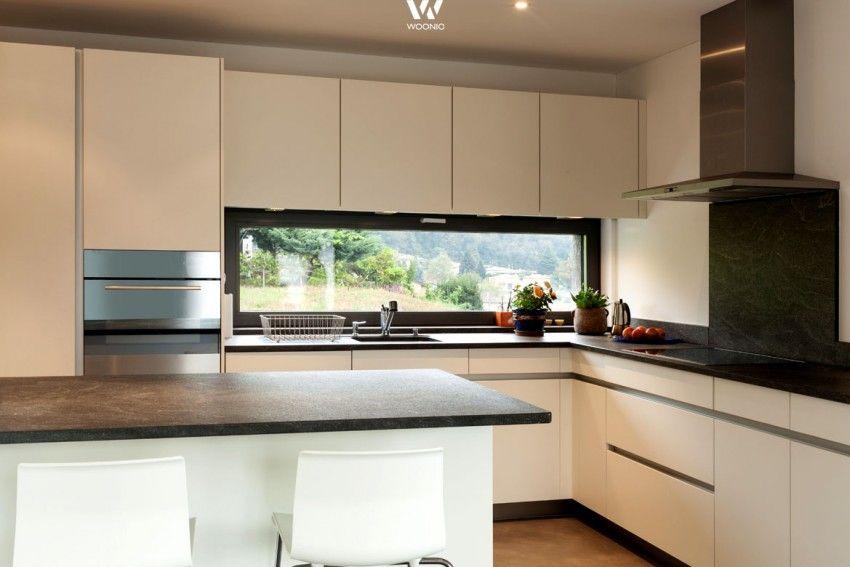 Dank dem breiten Fenster kann beim Kochen der Blick in die
