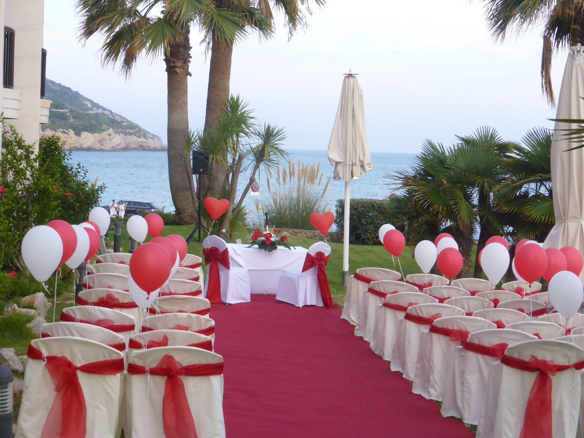 Boda en el jard n con tem tica roja vista mar lazos rojos - Decoracion bodas civiles ...