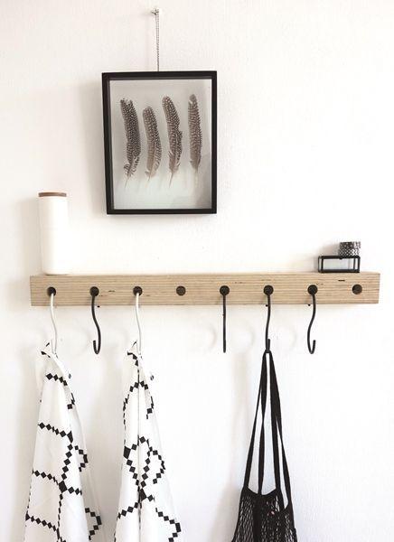 Hedendaags Oerdegelijk stoere houten kapstok met zwat wit S haken van DEENS SM-03